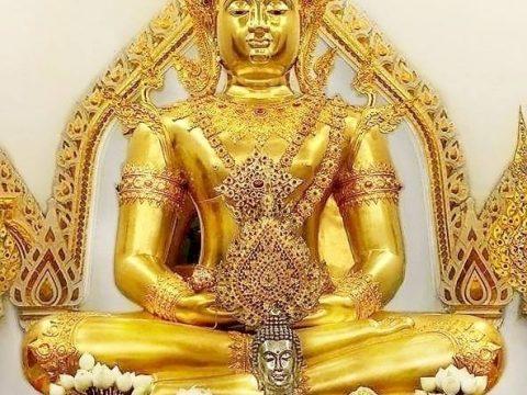 พระพุทธมงคลบพิตร พระพุทธปฏิมากรทรงเครื่อง พระประธานประจำวิหารพุทธภาวนาวิชชาธรรมกาย หรือวิหารกลางน้ำ วัดหลวงพ่อสดธรรมกายาราม อ.ดำเนินสะดวก จ.ราชบุรี